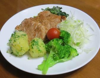 トマト入りサラダと焼き豚肉