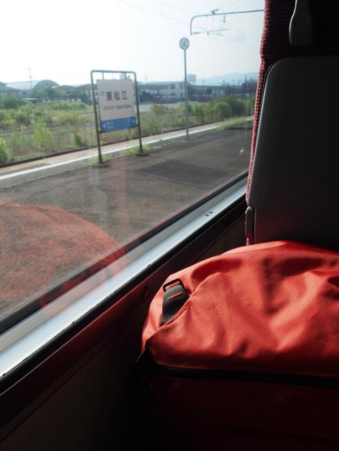 車窓とバックパック