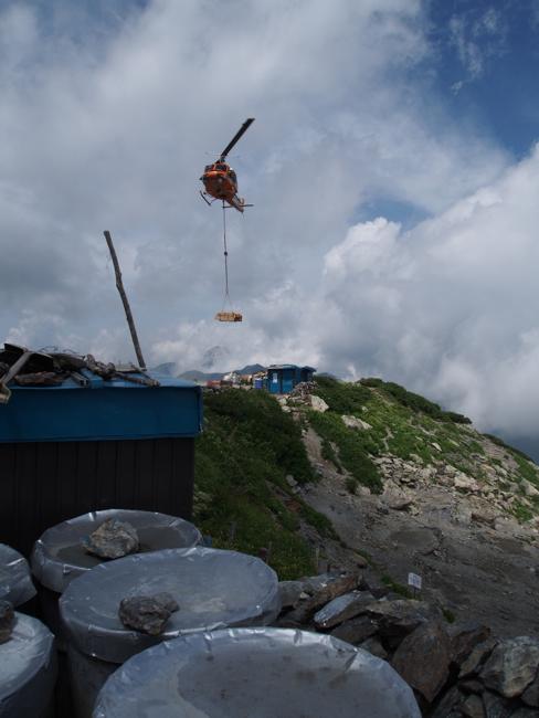 資材運搬のヘリ