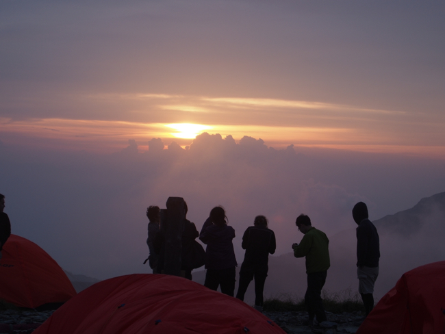 若者たちと夕日