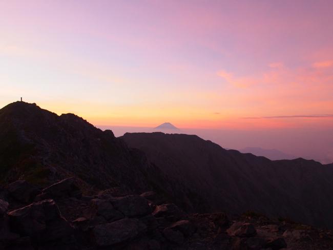 暁の空に浮かぶ富士