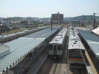 高麗川駅にたたずむ電車とディーゼルカー
