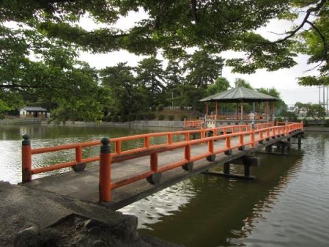 吉之丸堀の橋上東屋