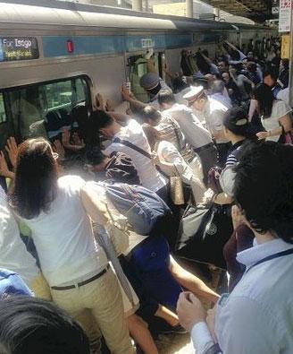 40人で電車押して人命救助した結果www