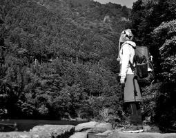 山ガール「山の水キレー!」(ゴクゴク)