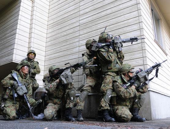 特殊部隊が突入する時に一番最初に入る人って何で決めてんの?