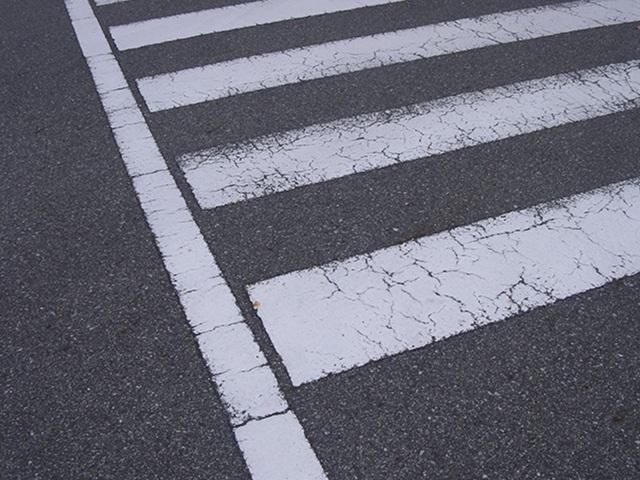 車が曲がろうとしてるのにゆっくり横断歩道を渡るクズ