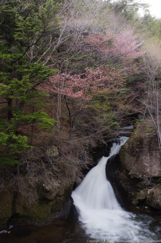 竜頭の滝にうっすらと虹が・・・
