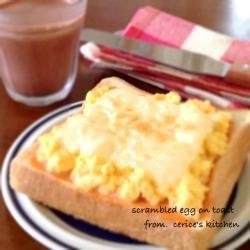 スクランブルエッグ&チーズケチャマヨトースト