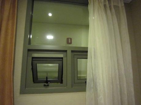 窓の外が廊下!