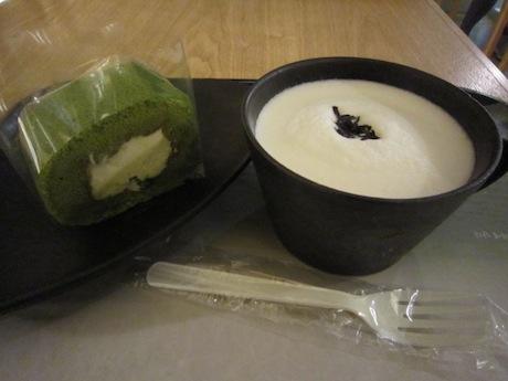お茶とロールケーキ