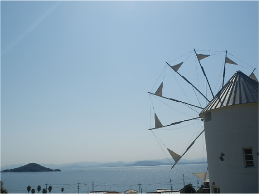 ギリシャ風車と海