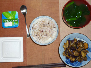 胚芽押麦入り五穀米,納豆,茄子とひき肉の炒め物,ほうれん草とワカメのおみそ汁,ヨーグルト