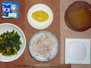 胚芽押麦入り五穀米,納豆,ほうれん草とミックスベジタブルのソテー,プチオムレツ,ワカメのおみそ汁,ヨーグルト