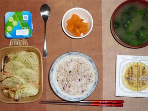胚芽押麦入り五穀米,納豆,焼き玉ねぎ,にんじんの煮物,ほうれん草のおみそ汁,ヨーグルト