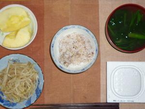 胚芽押麦入り五穀米,納豆,肉もやし炒め,ほうれん草のおみそ汁,りんご