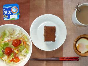 チョコレートケーキ,サラダ,目玉焼き,コーヒー,ヨーグルト