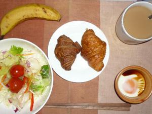 クロワッサン(チョコ・プレーン),目玉焼き,サラダ,バナナ,コーヒー