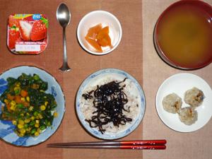 胚芽押麦入り五穀米,紫蘇昆布,焼売×3,ほうれん草とミックスベジタブルのソテー,ニンジンの煮物,ワカメのおみそ汁,ヨーグルト
