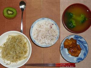 胚芽押麦入り五穀米,鶏の唐揚げおろし醤油かけ,もやしの炒め物,ブロッコリーとワカメのおみそ汁,キウイフルーツ