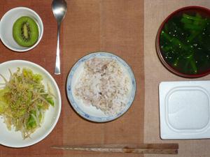 胚芽押麦入り五穀米,納豆,キャベツともやしの蒸し炒め,ほうれん草のおみそ汁,キウイフルーツ