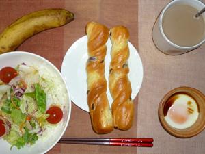 レーズンパン×2,サラダ,目玉焼き,バナナ,コーヒー
