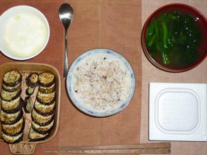 胚芽押麦入り五穀米,納豆,焼き茄子,ほうれん草のおみそ汁,ヨーグルト