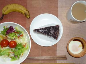 デビルズケーキ,サラダ,目玉焼き,バナナ,コーヒー