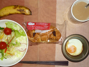 チョコクロワッサン,サラダ,目玉焼き,バナナ,コーヒー