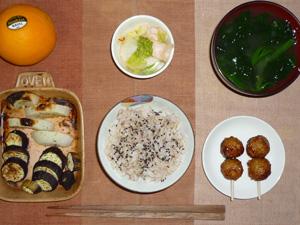 胚芽押麦入り五穀米,つくね×2,焼き野菜(玉葱,茄子),白菜の漬物,ほうれん草のおみそ汁,オレンジ