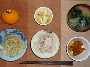 胚芽押麦入り五穀米,鶏の唐揚げレモンソース,もやしの蒸し煮,白菜の漬物,ほうれん草と玉ねぎのおみそ汁,オレンジ