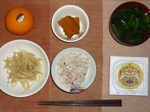 胚芽押麦入り五穀米,納豆,カボチャの煮物,蒸しもやし,ほうれん草のおみそ汁,オレンジ
