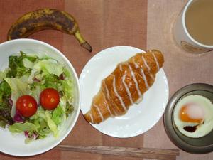 シュガーロール,サラダ,目玉焼き,バナナ,コーヒー