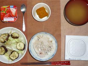 胚芽押麦入り五穀米,納豆,蒸し野菜(茄子,もやし,キャベツ),カボチャの煮物,ワカメのおみそ汁,ヨーグルト