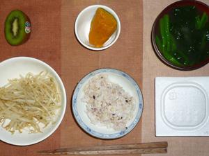 胚芽押麦入り五穀米,納豆,蒸しもやしのハーブ塩和え,カボチャの煮物,ほうれん草のおみそ汁,キウイフルーツ
