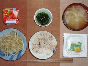 胚芽押麦入り五穀米,納豆,ほうれん草のジュレポン酢がけ,蒸しもやし,玉ねぎのおみそ汁,ヨーグルト