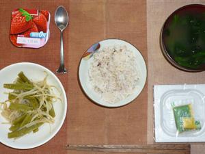 胚芽押麦入り五穀米,納豆,いんげんともやしの蒸し野菜,ほうれん草のおみそ汁,ヨーグルト