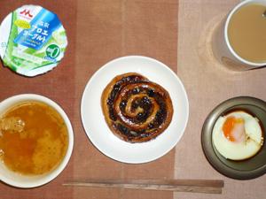 塩麹レーズンロール,トマトスープ,目玉焼き,アロエヨーグルト,コーヒー