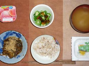胚芽押麦入り五穀米,もやしと茄子の炒め物,納豆,オクラのジュレ掛け,玉葱のおみそ汁,ヨーグルト