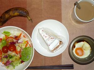 木苺のレアチーズタルト,サラダ,目玉焼き,バナナ,コーヒー
