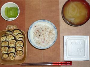 胚芽押麦入り五穀米,納豆,焼き茄子,玉葱とワカメのおみそ汁,キウイフルーツ