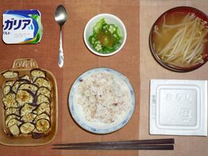 胚芽押麦入り五穀米,納豆,焼き茄子,オクラのおひたし,もやしのおみそ汁,ヨーグルト