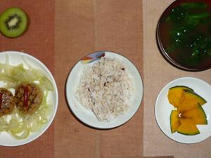 胚芽押麦入り五穀米,プチバーグの蒸し玉葱添え,蒸し焼きカボチャ,ほうれん草のおみそ汁,キウイフルーツ