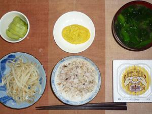 胚芽押麦入り五穀米,納豆,蒸しもやし,プチオムレツ,ほうれん草おみそ汁,キウイフルーツ