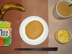 パンケーキ,野菜ジュース,スクランブルエッグ,バナナ,コーヒー