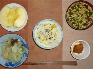 栗おこわ,鶏の唐揚げ,玉葱と茄子の蒸し炒め,納豆汁,りんご
