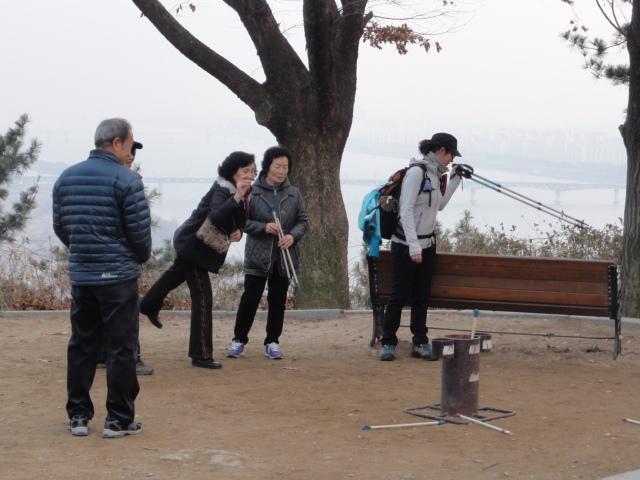 2013年12月8日 幸州山城 投壺に興じる人たち