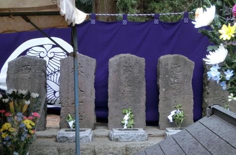 中央の墓は、八重の桜でもおなじみ、伊藤悌次郎。八重の鉄砲の教え子でもあった