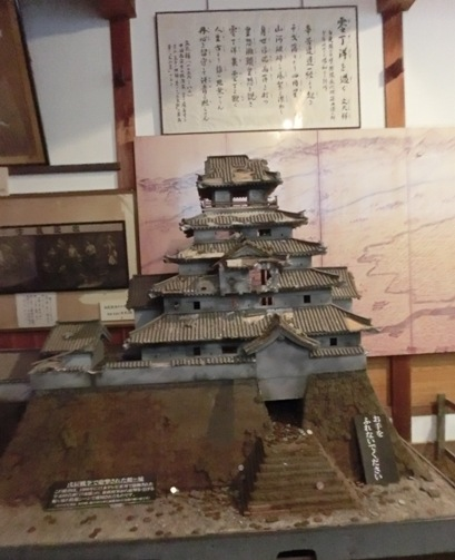 こんな変わりダネの展示品も。戊辰戦争で大砲をボコボコに打ち込まれた落城寸前の鶴ヶ城。白虎隊で使われた模型