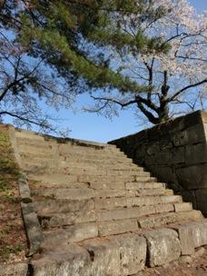 八重がかけのぼった、北の丸の土豪の階段